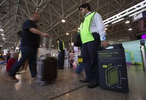 Primeiro dia de fiscalização: bagagem de mão que não estiver dentro do tamano e peso padrão deve ser despachada Foto: Alexandre Cassiano / Agência O Globo