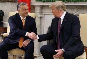 Viktor Orbán e Donald Trump apertam as mãos durante reunião na Casa Branca: troca de elogios Foto: MARK WILSON / AFP