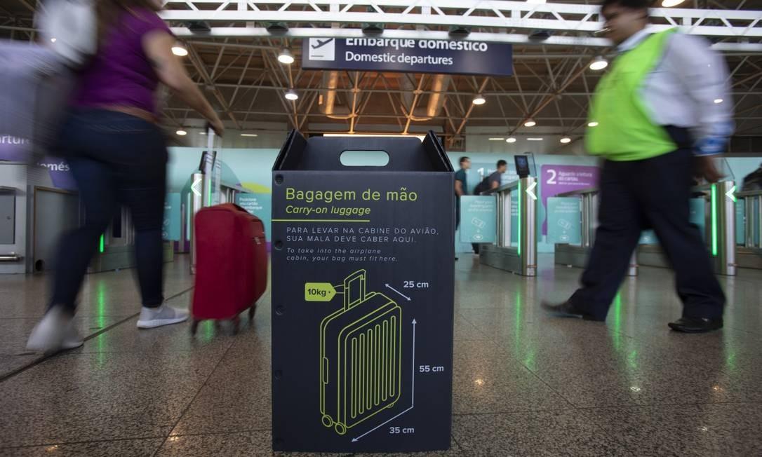 Para despachar, as taxas variam de R$ 60, em caso de contratação por meios digitais, a R$ 120, para pagamento no balcão na hora do check-in Foto: Alexandre Cassiano / Agência O Globo