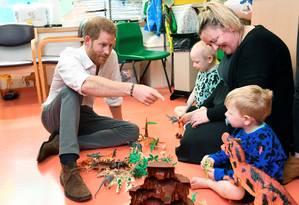 Alguma dúvida de que o príncipe Harry é um pai nato? O duque de Sussex esteve na manhã desta terça-feira no hospital infantil de Oxford e fez a festa com as crianças Foto: TOBY MELVILLE / REUTERS