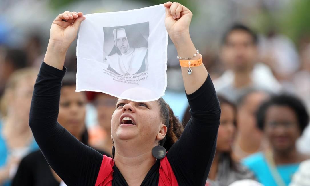 Fiel segura toalha com foto de Irmã Dulce durante cerimônia de beatificação da freira baiana Foto: Lúcio Távora / Lúcio Távora/26-5-11