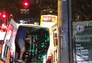 Patinetes no interior de carro com adesivo da prefeitura em Botafogo Foto: Rafael Szabó / Facebook
