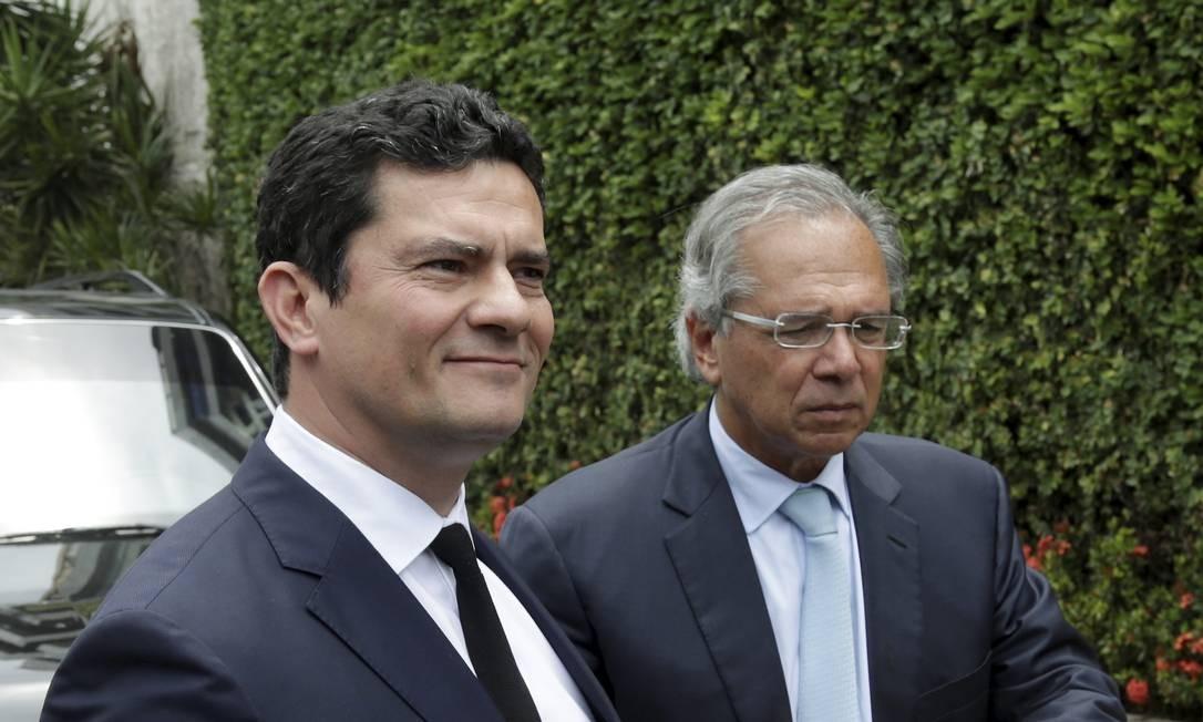 Os ministros Sérgio Moro e Paulo Guedes, da Justiça e Economia, respectivamente Foto: Gabriel de Paiva / Agência O Globo