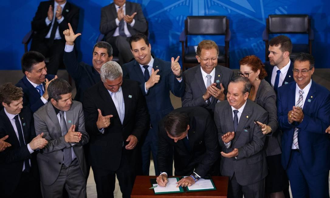 O presidente Jair Bolsonaro assina decreto que flexibiliza porte de armas Foto: Daniel Marenco/Agência O Globo/07-05-2019