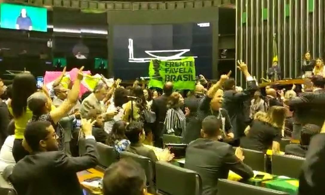 Ativistas do movimento negro protestam durante sessão em homenagem à Lei Áurea Foto: Natália Portinari/Agência O Globo