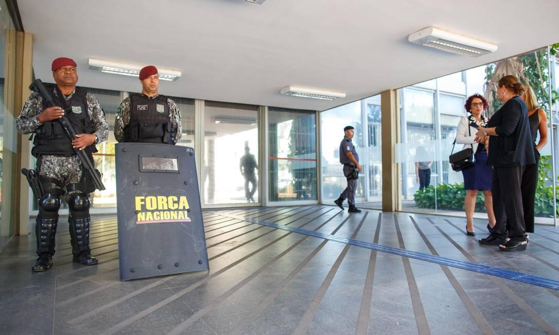 Soldados da Força Nacional reforçam a segurança da entrada do Ministério da Educação Foto: Daniel Marenco/Agência O Globo/14-05-2019