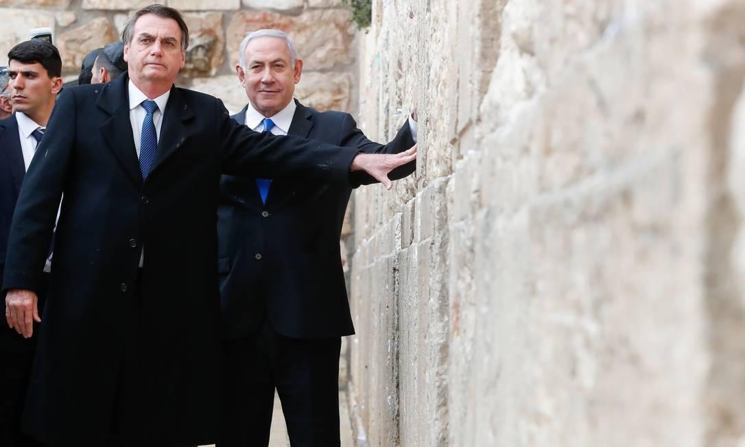 Em Jerusalém, Jair Bolsonaro se tornou o primeiro chefe de Estado estrangeiro a rezar no Muro das Lamentações ao lado do premier israelense, Benjamin Netanyahu. O gesto incomodou palestinos, que denunciam a ocupação de seus territórios por Israel Foto: Alan Santos 01-04-2019 / PR