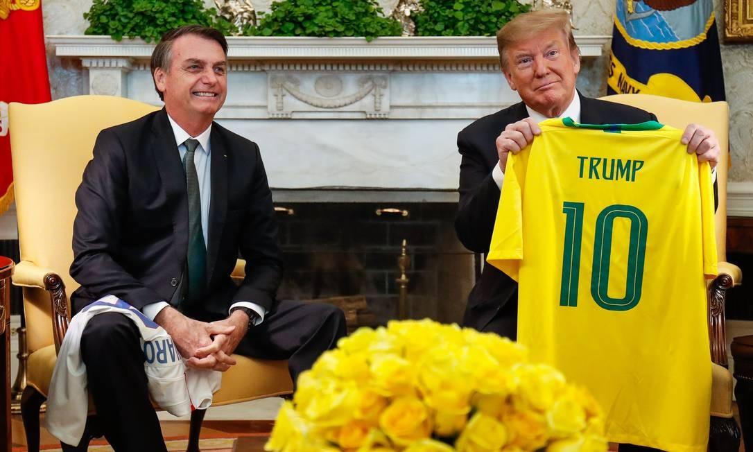 Durante reunião no Salão Oval da Casa Branca, Jair Bolsonaro e Donald Trump trocaram, de presente, camisas das seleções de futebol Foto: Alan Santos 19-03-2019 / PR