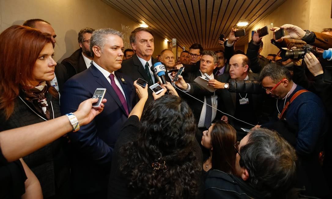 Em Davos, Jair Bolsonaro fala à imprensa ao lado do presidente da Colômbia, Iván Duque, em apoio ao líder opositor venezuelano, Juan Guaidó, que acaba de se proclamar presidente interino do país Foto: Alan Santos / PR