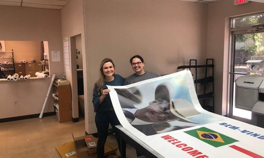 Brasileiros que vivem no Texas preparam cartazes de boas vindas a Bolsonaro Foto: Henrique Gomes Batista