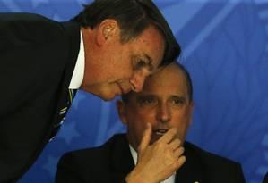 O presidente Jair Bolsonaro e o ministro da Casa Civil, Onyx Lorenzoni, durante cerimônia no Planalto Foto: Jorge William/Agência O Globo/30-04-2019