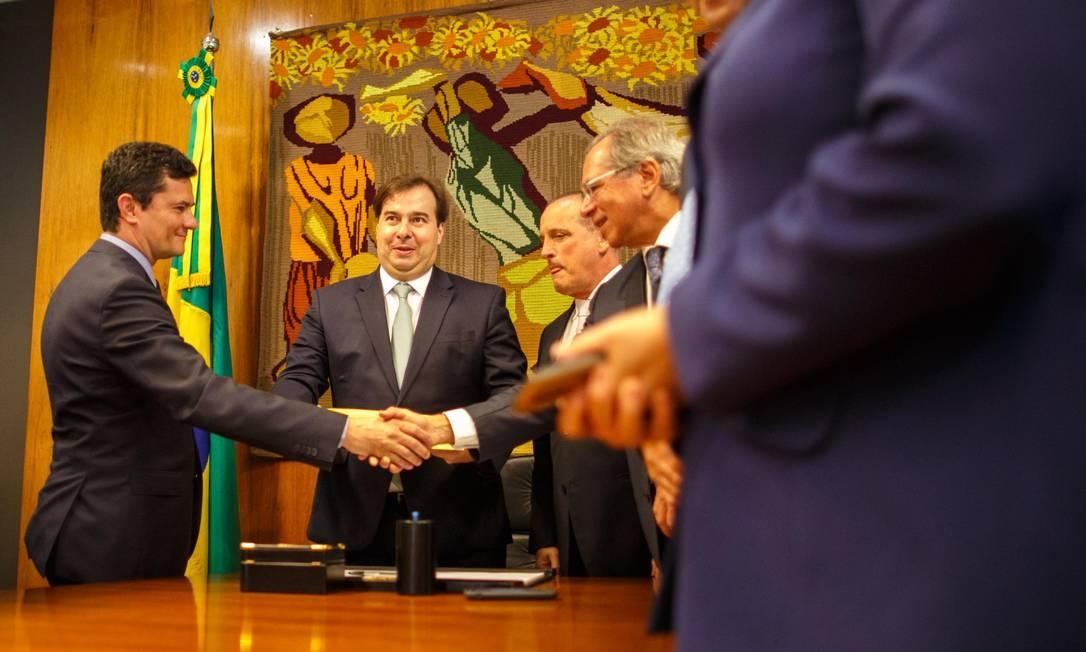 Sergio Moro entrega o projeto do pacote anticrime a Rodrigo Maia, na Câmara Foto: Daniel Marenco / Agência O Globo - 19/02/2019