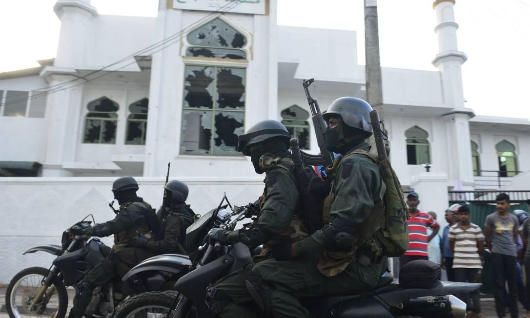 Soldados do Sri Lanka fortemente armados em uma motocicleta em frente à Mesquita de Jumha após um ataque em Minuwangid. Foto: LAKRUWAN WANNIARACHCHI / AFP