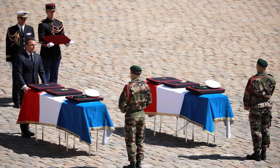Soldados mortos em um ataque aos reféns livres em Burkina Faso na semana passada, são homenageados pelo presidente francês Emmanuel Macron. Forças francesas libertaram dois reféns franceses, bem como um americano e um sul-coreano no norte de Burkina Faso em um ataque militar que custou a vida dos dois soldados. Foto: CHRISTOPHE PETIT TESSON / AFP