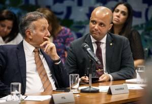 O líder do governo na Câmara, Major Vitor Hugo (à direita), durante de reunião de líderes Foto: Daniel Marenco/Agência O Globo/14-05-2019
