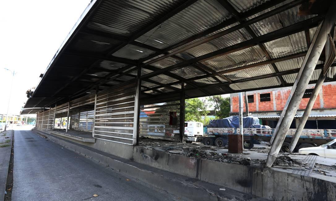 A situação das outras estações do Transoeste, que fecharam por conta da violência e de sucessivas depredações, é de total desalento Foto: Fabiano Rocha / Agência O Globo