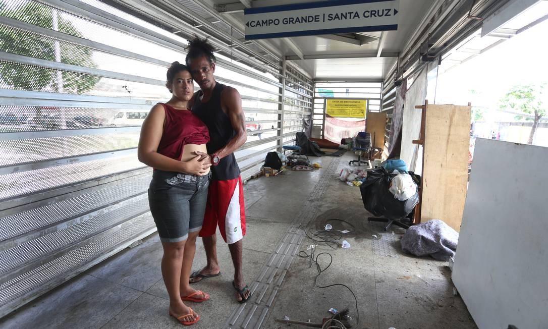 Eles moram numa das 22 estações que estão desativadas entre Campo Grande e Santa Cruz há quase um ano Foto: Fabiano Rocha / Agência O Globo