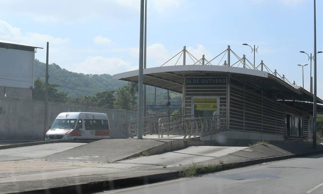 As vans tomaram conta do trecho que o BRT não está circulando Foto: Fabiano Rocha / Agência O Globo
