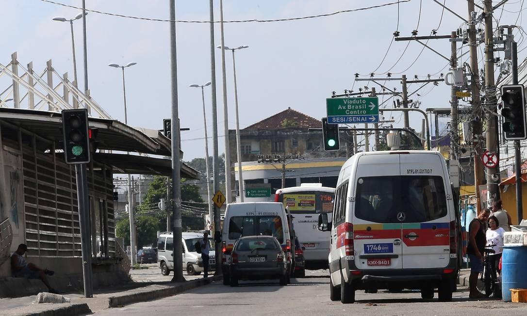 As vans estão fazendo o percurso que era feito pelo BRT Foto: Fabiano Rocha / Agência O Globo