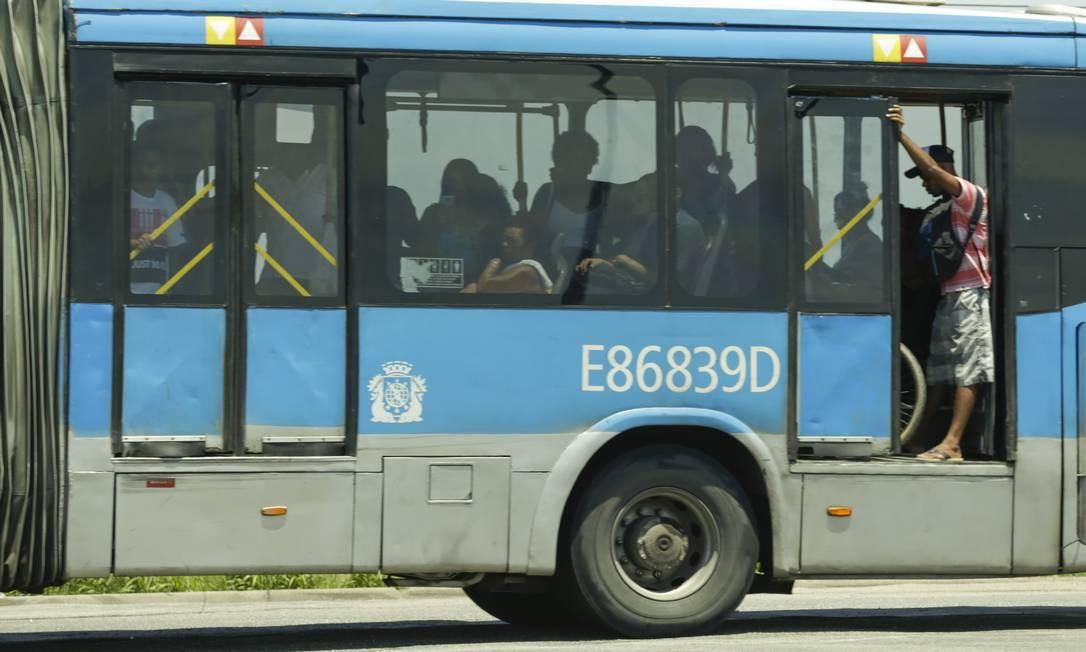 Ônibus transita de portas abertas no trecho Jardim Oceânico-Alvorada, na Barra em 25/02/2019 Foto: Gabriel de Paiva / Agência O Globo
