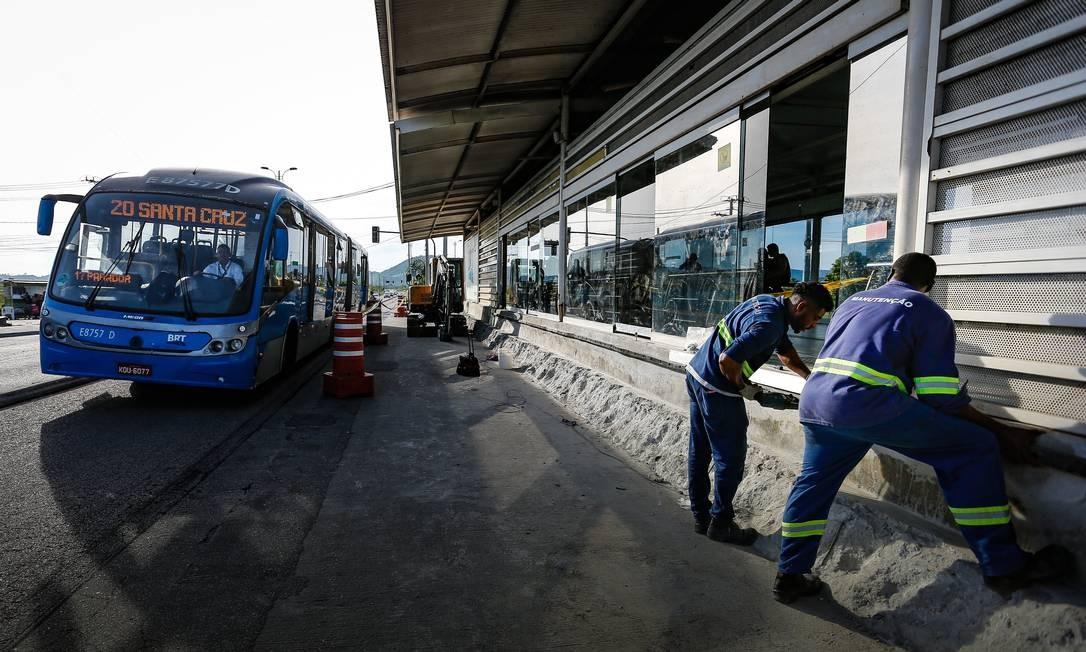 Operários fazem obra na estação do BRT Mato Alto para evitar que usuários deixem de pagar a passagem em 25/03/2019 Foto: Roberto Moreyra / Agência O Globo