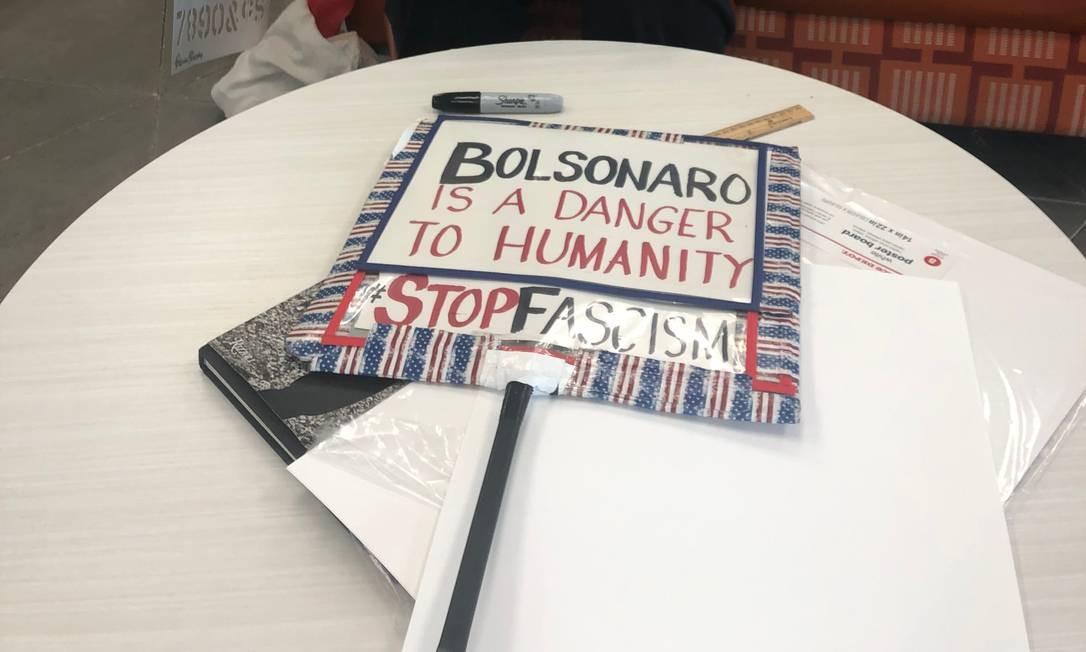 Cartaz com protesto contra o presidente Jair Bolsonaro em preparação por grupos que criticam suas políticas e presença em Dallas Foto: Henrique Gomes Batista