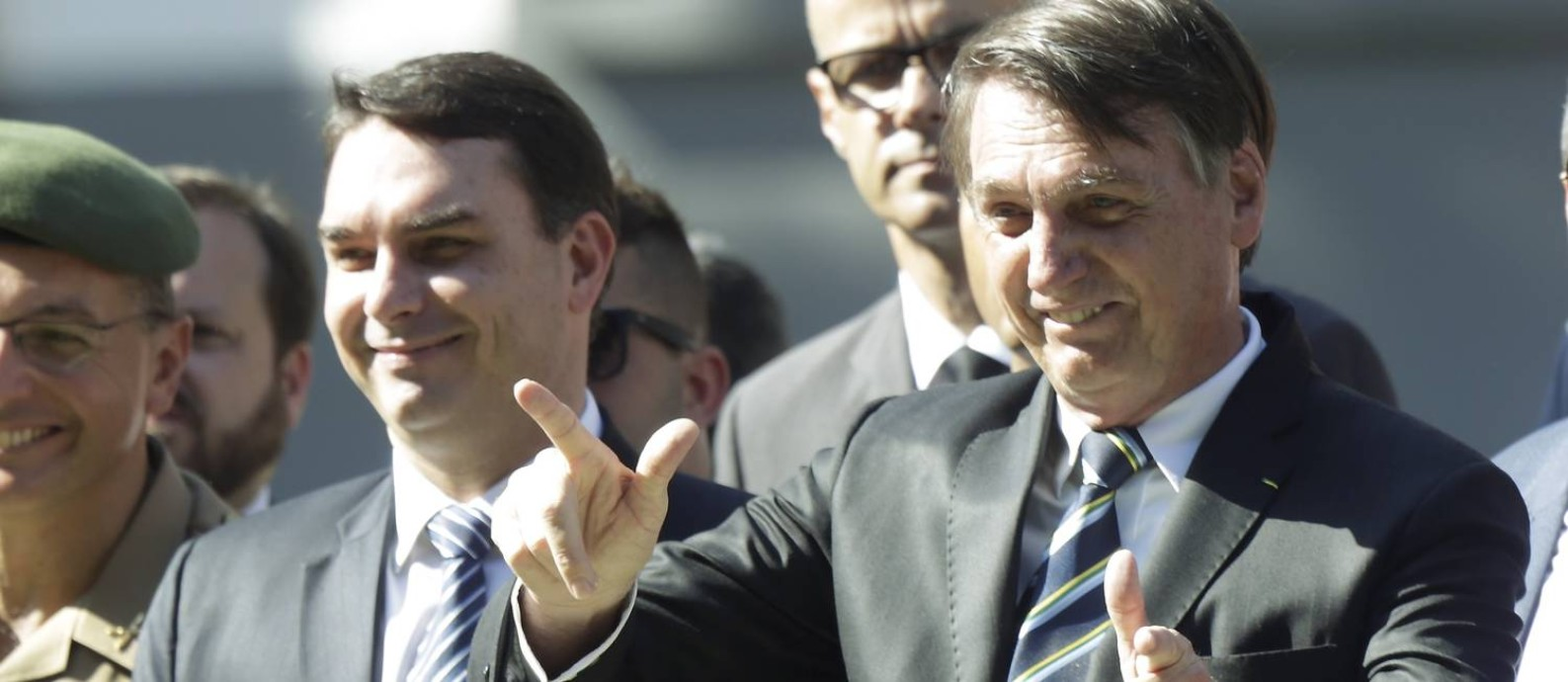 O presidente Jair Bolsonaro e seu filho Flávio empregaram 12 parentes em gabinetes da família, além de Ana Cristina Valle Foto: Gabriel de Paiva / Agência O Globo
