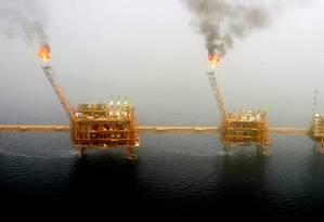 Gás é queimado em plataformas de produção de petróleo no campo de Soroush, na costa do Irã: oportunidade momento é de dar uma para a diplomacia Foto: Raheb Homavandi/REUTERS/25-07-2005
