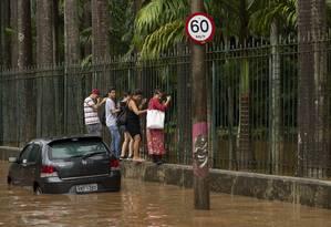 Com o temporal que caiu no Rio, a Rua Jardim Botânico ficou completamente alagada Foto: Leo Martins / Agência O Globo