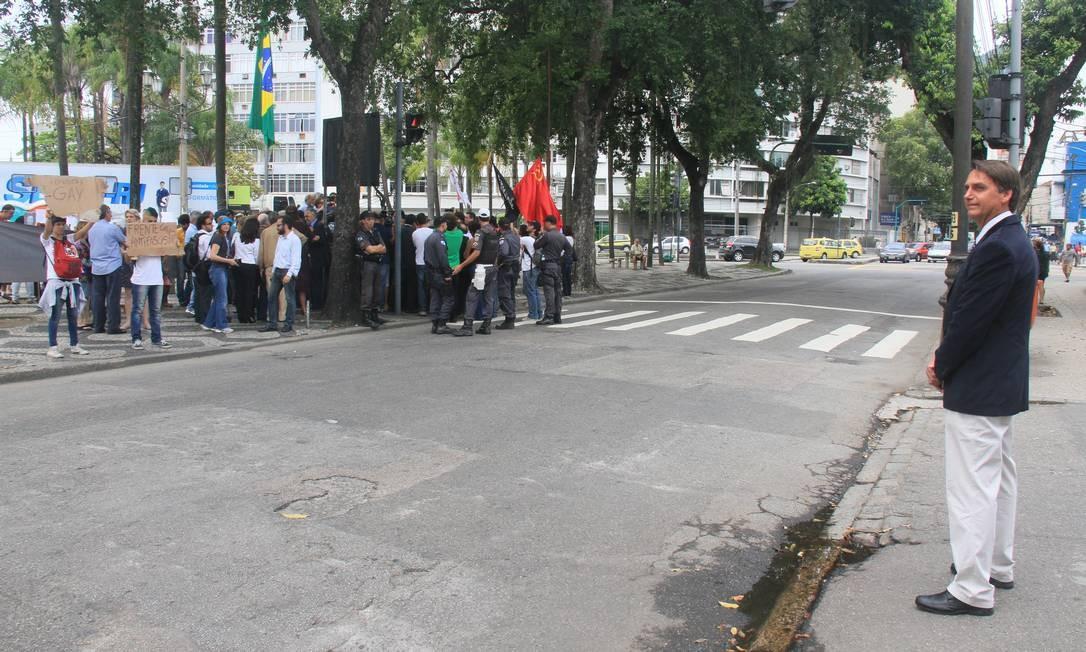 Em foto presente na exposição da Comissão Estadual da Verdade, Jair Bolsonaro observa manifestação a favor da investigação de crimes cometidos durante o Regime Militar Foto: Lula Aparício / OAB