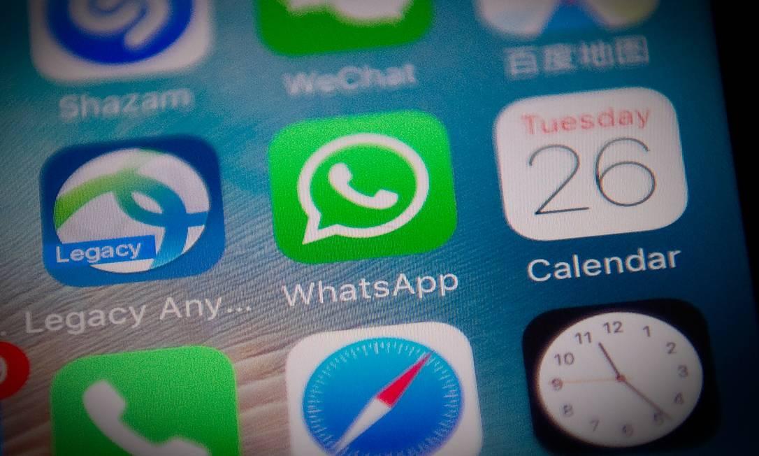O WhatsApp aplica criptografia nas mensagens durante a transmissão, mas hackers podem infectar os telefones e acessar o conteúdo Foto: NICOLAS ASFOURI / AFP