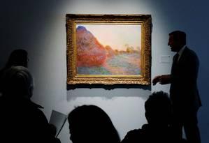 A tela 'Les meules', de Monet, em exposição na Sotheby's antes do leilão Foto: LUCAS JACKSON / REUTERS
