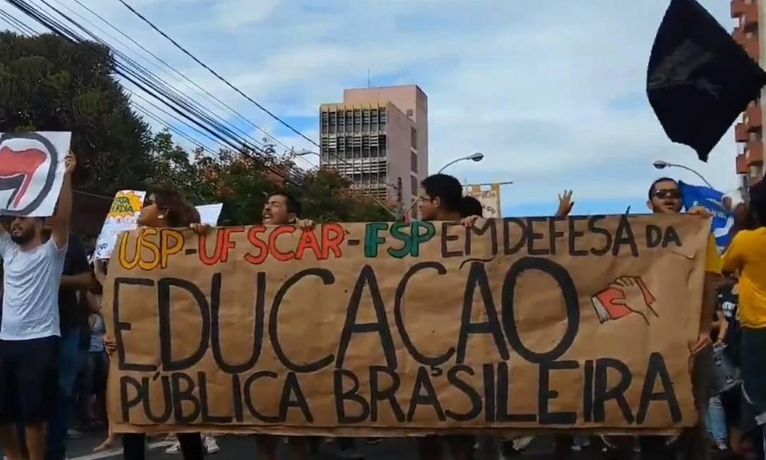 Estudantes durante manifestação em São Carlos, São Paulo Foto: Reprodução/Twitter