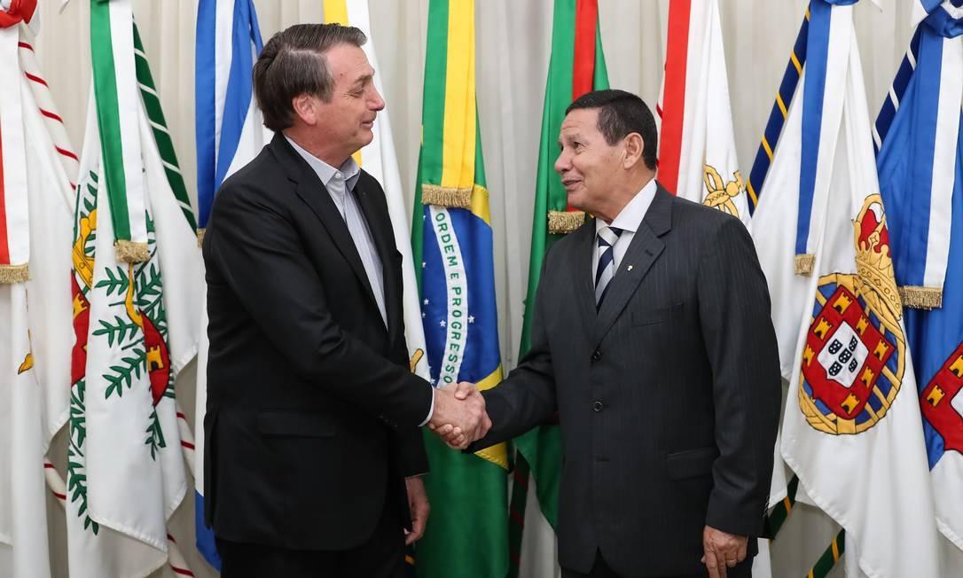 O presidente Jair Bolsonaro transmite o cargo ao vice-presidente Hamilton Mourão Foto: Marcos Correa/Presidência