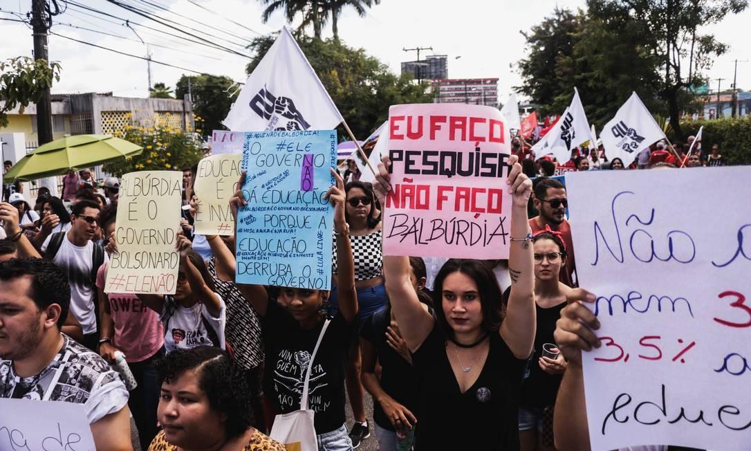 Protesto em Maceió, Alagoas. Manifestação seguiu do Centro Educacional de Pesquisa Aplicada até o centro da capital pela Av. Fernandes Lima Foto: Manolo/Fotoarena / Agência O Globo