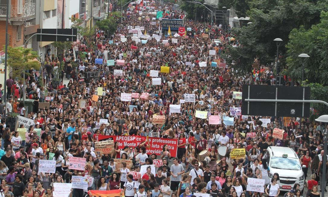 Protesto contra os cortes na educação no Largo do Rosário no centro de Campinas, interior de São Paulo, nesta quarta-feira Foto: Luciano Claudino / Agência O Globo