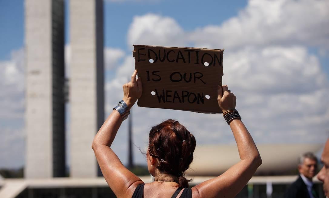 Greve da educação reúne milhares de pessoas na manhã desta quarta-feira, em Brasília Foto: Daniel Marenco / Agência O Globo
