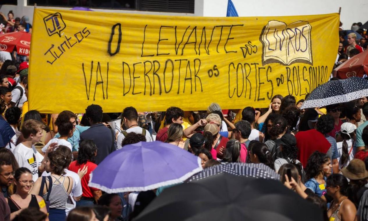 Greve da educação reúne milhares de pessoas na manhã desta quarta-feira, em Brasilia Foto: Daniel Marenco / Agência O Globo
