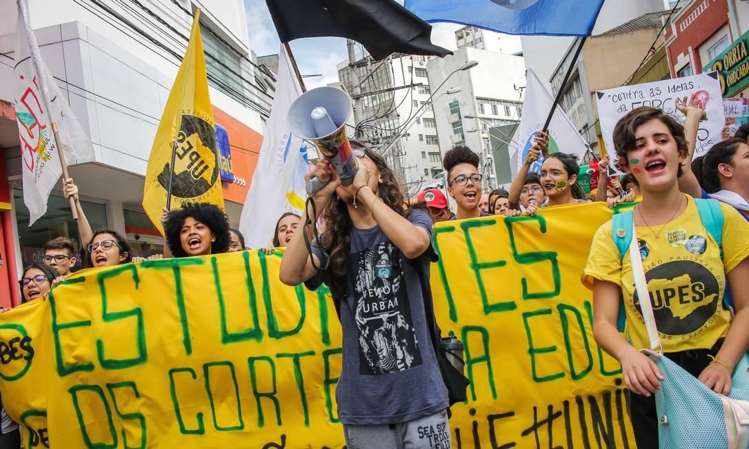 Em Sorocaba, protesto de estudantes e professores contra o corte de verbas de 30% na Educação pelo governo do Presidente reuniu cerca de 5 mil pessoas Foto: Cadu Rolim / Fotoarena / Agência O Globo