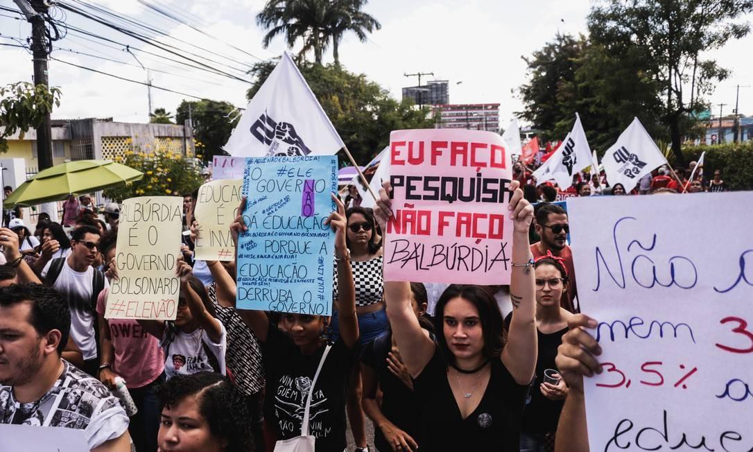Manifestações foram convocadas em todo país contra o bloqueio de verbas feito pelo governo federal na última semana Foto: Fotoarena / Agência O Globo