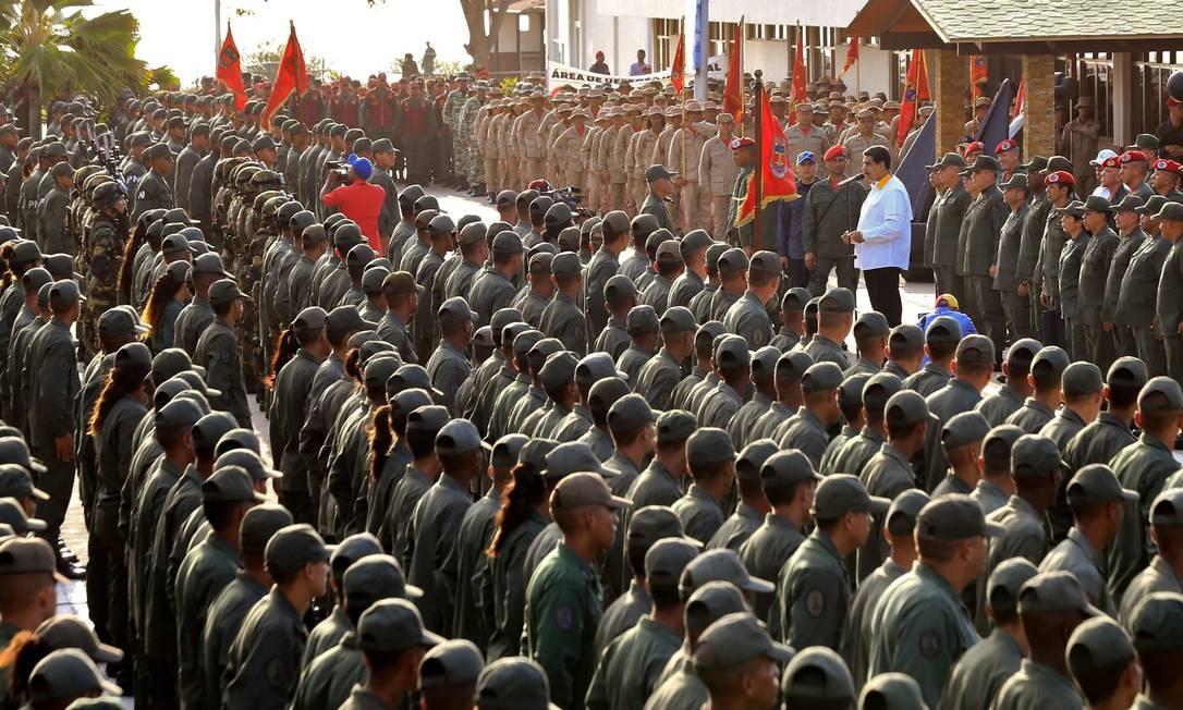 """O ditador venezuelano, Nicolás Maduro, faz um discurso às tropas durante a marcha de lealdade em Vargas, na Venezuela, em 14 de maio de 2019. Juan Guaidó acusou o governo venezuelano de tentar """"amordaçar"""" o congresso depois que forças de segurança impediram que parlamentares da oposição entrassem na Assembleia Nacional na terça-feira Foto: JHONN ZERPA / AFP"""