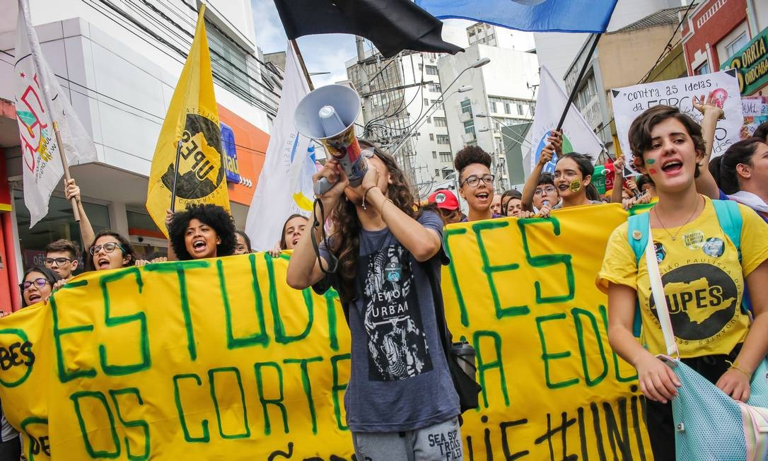 Cidades do interior, como Sorocaba (SP), também tiveram manifestações. Cerca de 5 mil pessoas foram às ruas da cidade. Os protestos são contra o corte de verbas de 30% na Educação pelo governo do Presidente Bolsonaro Foto: Fotoarena / www.fotoarena.com.br
