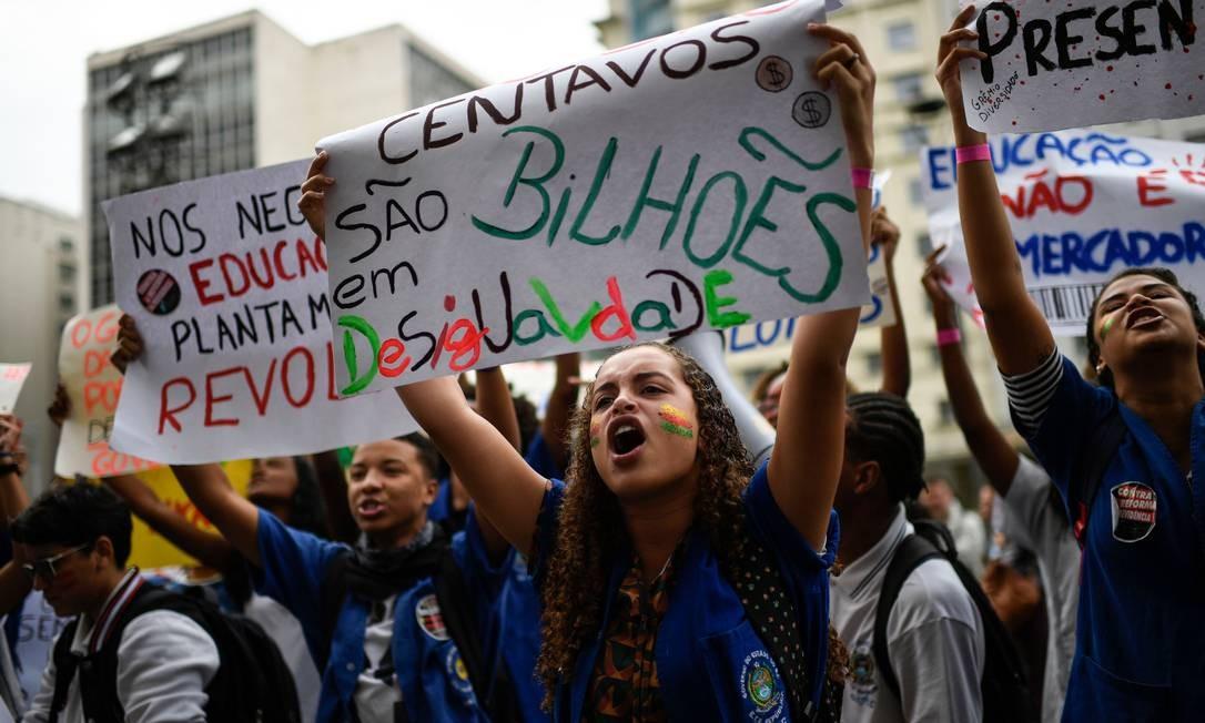 Estudantes, professores e profissionais da educação participam, nos 26 estados do país e no Distrito Federal, de atos contra o bloqueio de verbas para a Educação anunciado pelo governo nas últimas semanas. Na foto, manifestantes no Rio de Janeiro Foto: MAURO PIMENTEL / AFP