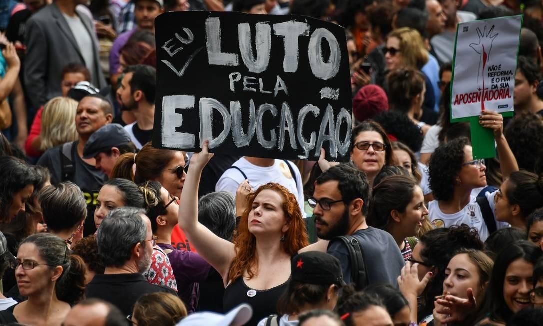 Em outras capitais, a PM ainda não divulgou a estimativa de público. Segundo organizadores, 250 mil pessoas estão nas ruas em Belo Horizonte e 10 mil em Fortaleza. Nas três capitais as manifestações foram convocadas para a manhã. Em São Paulo, cidade onde foi feita esta foto, não foi divulgada a estimativa de público Foto: NELSON ALMEIDA / AFP