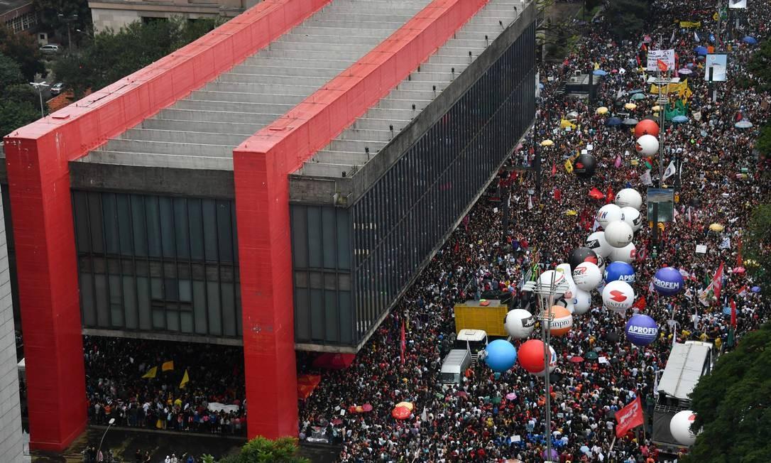 Em apoio ao movimento, universidades e escolas — públicas e particulares — paralisaram suas atividades. Na véspera dos protestos, parlamentares relataram que Bolsonaro teria recuado dos cortes na Educação, mas o governo, em seguida, negou Foto: NELSON ALMEIDA / AFP