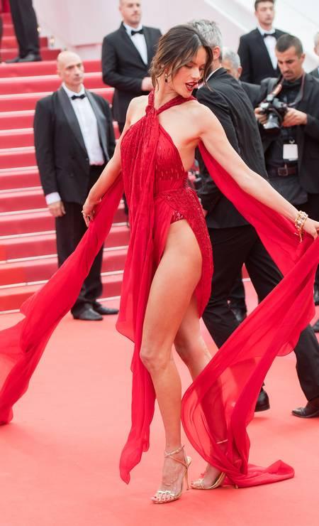 De vermelho, Alessandra Ambrosio parou Cannes com esse look arrasa-quarteirão Foto: Samir Hussein / WireImage