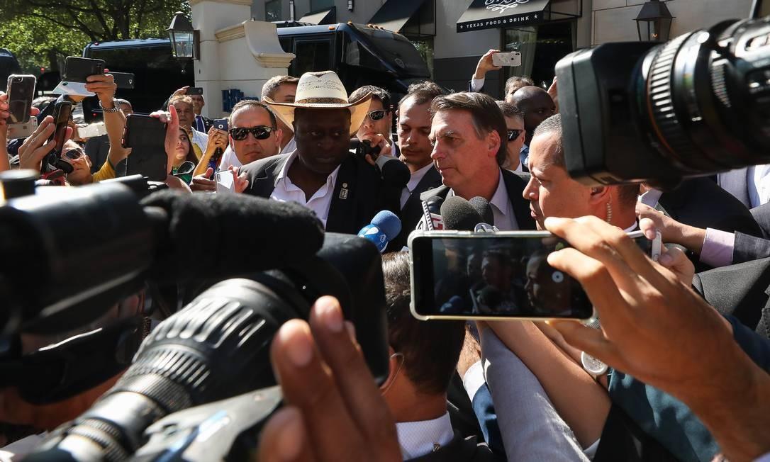 """Presidente da República Jair Bolsonaro fala com brasileiros e com a imprensa durante sua chegada. Segundo ele, os manifestantes são """"idiotas úteis"""" e """"massa de manobra"""" Foto: Agência O Globo"""