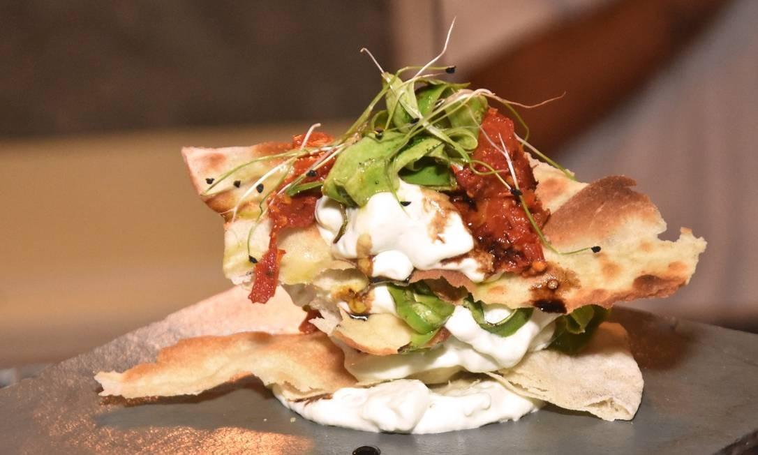 Mil-folhas salgado da Mazzo Pizzaria: pizza branca, espuma de gorgonzola, lâminas de abobrinha, tomate seco e geleia de pimenta dedo-de-moça com abacaxi Foto: Divulgação