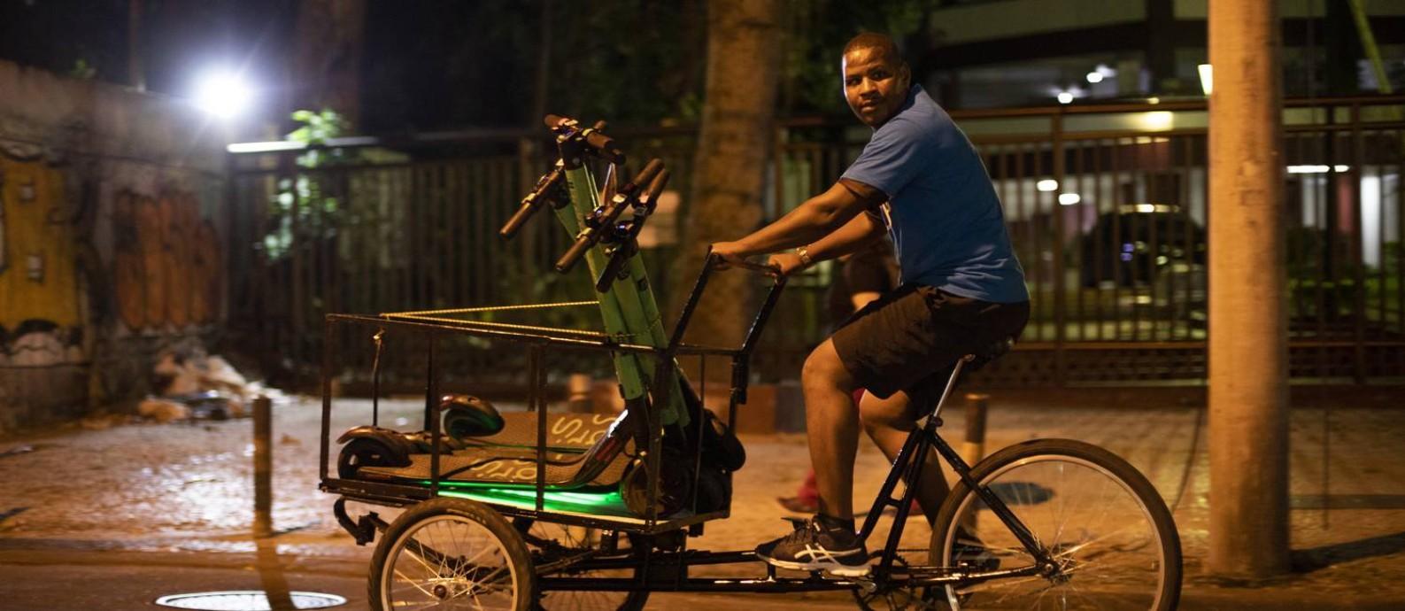 Carregador atento em busca de patinetes deixados por usuários Foto: Gabriel Monteiro / Agência O Globo