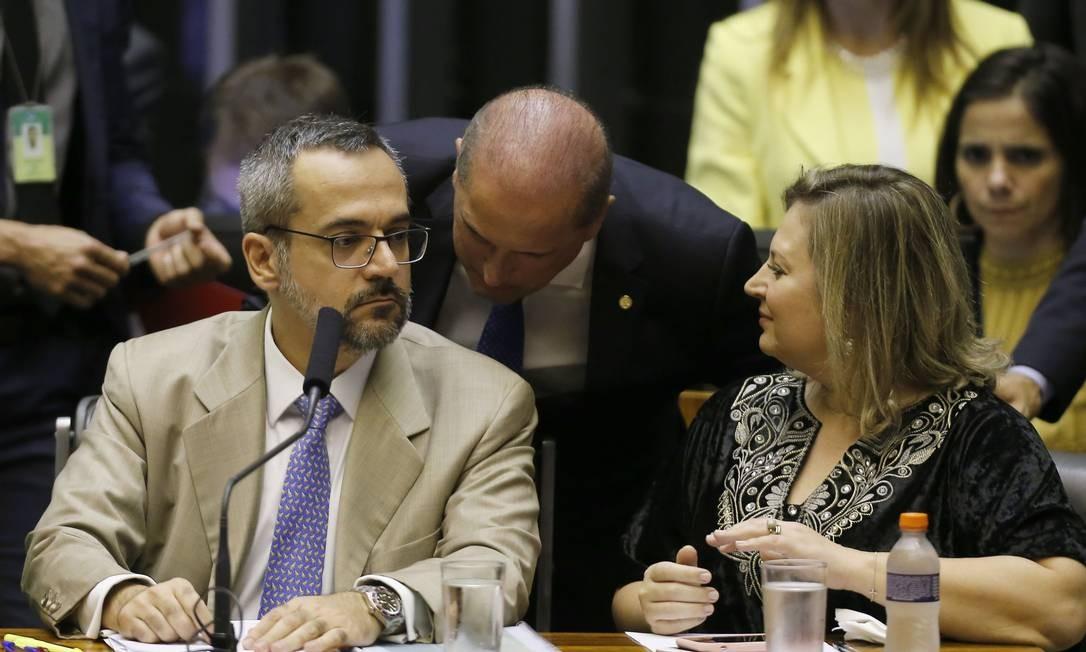 O ministro da Casa Civil, Onyx Lorenzoni (ao centro), conversa com o ministro da Educação, Abraham Weintraub, no plenário da Câmara Foto: Jorge William / Agência O Globo
